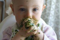 Kako izgleda prvi susret bebe i čvrste hrane? (VIDEO)