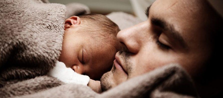 I očevi i bebe imaju neraskidivu i driljivu vezu (VIDEO)