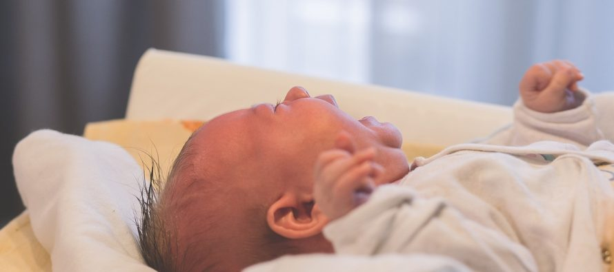Novorođene bebe plaču bez suza?