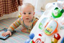 Kako naučiti bebu da puzi?