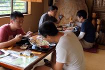 Prednosti obedovanja dok se sedi na podu
